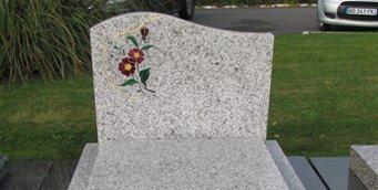 pierre tombale forme doucine